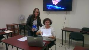 Dra. Gladys Ortiz Henderson entrega el reconocimiento a la Dra. Encarnación Soriano Ayala