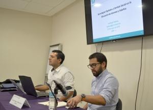 En la foto, de izquierda a derecha, el Dr. Oscar Hernández (UAM-L) y el Mtro. Santiago Palmas (Cinvestav).